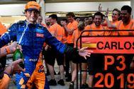 Sainz, en los festejos de McLaren en Interlagos.