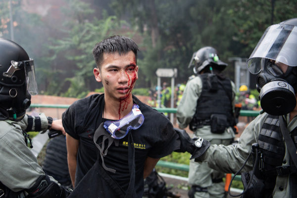 La policía cerca a los manifestantes en la Universidad de Hong Kong