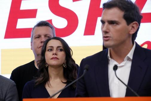 Inés Arrimadas escucha a Albert Rivera durante su comparecencia tras...