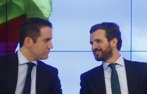 El presidente del PP, Pablo Casado, conversa con su secretario...