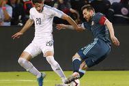 Cáceres y Messi, durante el Uruguay-Argentina en Tel Aviv.