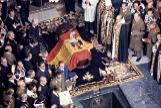 Vista del féretroT>, antes de su sepultura en el interior de la Basílica del Valle de los Caídos durante su entierro tras su muerte tres días antes por una insuficiencia cardíaca, en San Lorenzo del Escorial, Madrid (España) a 23 de noviembre de 1975. SAN LORENZO DEL ESCORIAL, MADRID (ESPAÑA) - NOVIEMBRE 23, 1975: Vista del féretro, tapado por la bandera y el escudo de España durante el franquismo, que contiene el cuerpo del dictador <HIT>Francisco</HIT> <HIT>Franco</HIT>, antes de su sepultura en el interior de la Basílica del Valle de los Caídos durante su entierro tras su muerte tres días antes por una insuficiencia cardíaca, en San Lorenzo del Escorial, Madrid (España) a 23 de noviembre de 1975. Europa Press / Europa Press 21/10/2019