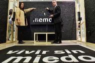 La presidenta de la AVT, Maite Araluce, junto al lehendakari Iñigo Urkullu en la inauguración de la exposición en Gogora.
