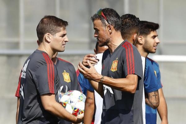 Robert Moreno y Luis Enrique en un entrenamiento de la selección...