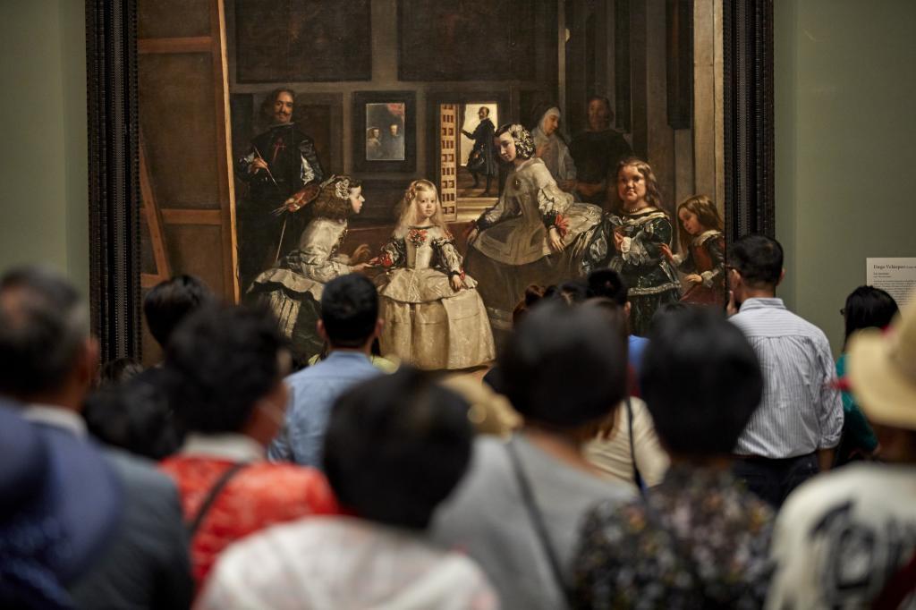 Turistas frente al cuadro de Las Meninas en el Museo del Prado