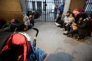 Familias de refugiados en las puertas del Samur Social