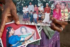 Una de las madres que participan en el proyecto 'herstoryarchive.org' muestra fotos de su familia en Vavuniya.