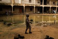 Escena cotidiana en el colegio abandonado de Anka, utilizado como improvisado refugio por las personas desplazadas