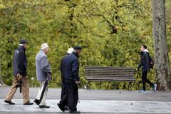 Cuatro jubilados se cruzan con un joven en Bilbao.
