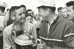 Ken Miles y Carroll Shelby festejan una victoria de Ford en los 500 Kilómetros de Bridgehampton, en septiembre de 1964.