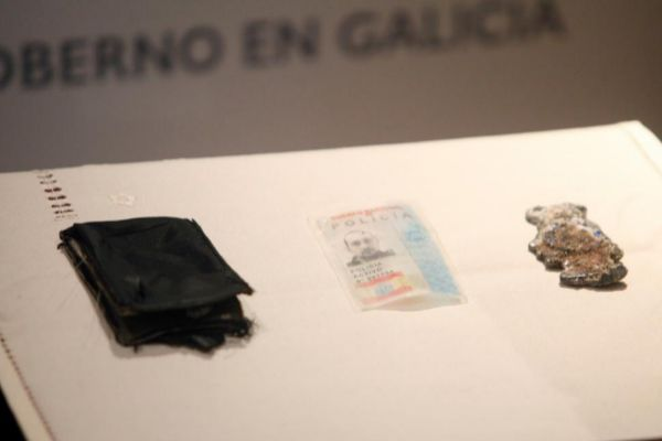 La cartera, con la identificación y la placa de Javier López López.