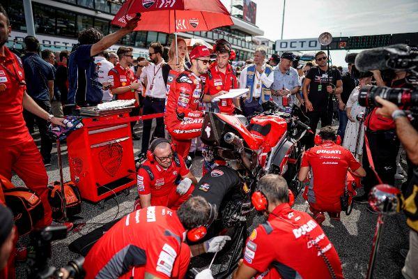 Los mecánicos de Ducati revisando la moto en el paddock de Misano.