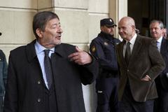 El ex director general andaluz de Trabajo, Francisco Javier Guerrero, sale de la Audiencia de Sevilla, este martes, en presencia de Manuel Chaves.