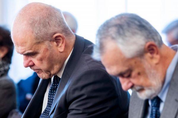 Los ex presidentes socialistas Manuel Chaves (i) y José Antonio...
