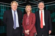Boris Johnson y Jeremy Corbyn posan con  Julie Etchingham en el debate de esta noche.