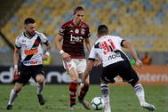Filipe Luis disputa un partido con el Flamengo ante el Vasco da Gama.
