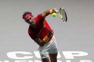 El tenista español Rafa Nadal saca ante el ruso Karen Jachánov en la Copa Davis