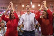Pedro Sánchez, entre Susana Díaz y María Jesús Montero, en la apertura de la campaña electoral de las elecciones del 10-N en Sevilla.