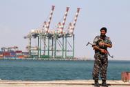 Un agente de la policía en el puerto yemení de Aden.