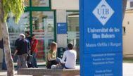 Varios estudiantes y trabajadores de la UIB junto al edificio Mateu Orfila, en el campus mallorquín. EL MUNDO