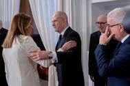 Susana Díaz saluda a Manuel Chaves en la toma de posesión del presidente andaluz, Juanma Moreno.
