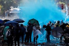 La policía lanza tinte azul con cañones contra los manifestantes.