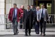 El ex director general de Trabajo, Javier Guerrero (en el centro), este martes, cuando acudió a la Audiencia a conocer su sentencia.