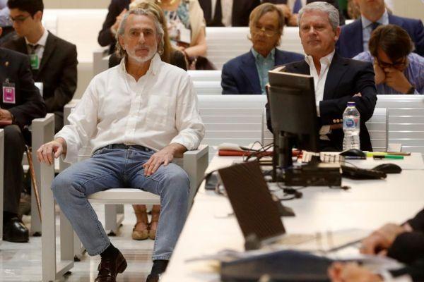 Francisco Correa y Pablo Crespo, durante una sesión del juicio en la...