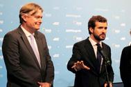 Pablo Casado, junto al secretario general del PPE, Antonio López-Isturiz, en la reunión en Zagreb.
