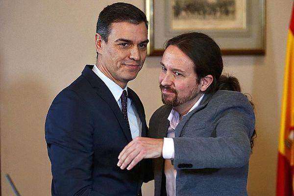 Pablo Iglesias y Pedro Sánchez tras anunciar un preacuerdo de...