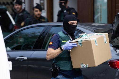Agentes de la Guardia Civil realizan un registro en Sabadell en el...