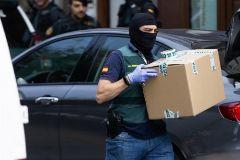Agentes de la Guardia Civil realizan un registro en Sabadell en el marco de la 'operación Judas'.