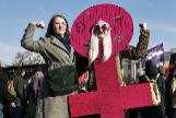 Manifestación contra la violencia de género ante una estatua de Lenin en San Petersburgo.