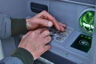 Un usuario de un cajero automático realiza una operación.