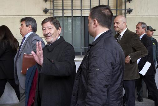 Francisco Javier Guerrero, seguido de Manuel Chaves, tras recoger la...