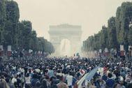 Una imagen de la secuencia inicial de 'Los miserables' rodada durante la final del Mundial de fútbol en París.
