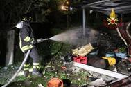 Los bomberos trabajan en el lugar de la explosión en Barcellona Pozzo di Gotto.