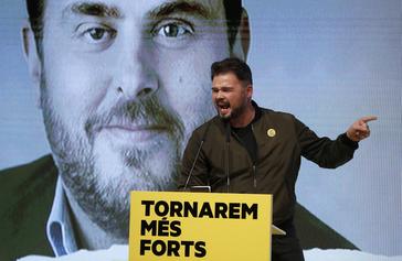 Gabriel Rufián, en un mitin con una imagen de Junqueras detrás.