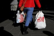 Una mujer sostiene una bolsas