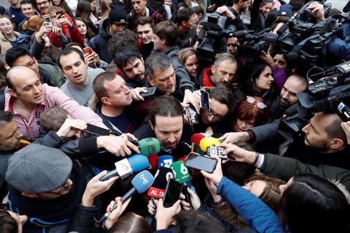 Pablo Iglesias, rodeado de periodistas, antes de participar en un acto...