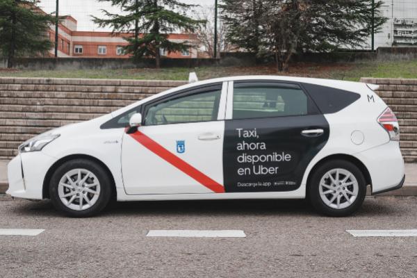 Un taxi de Madrid con la pegatina de la plataforma de movilidad Uber.