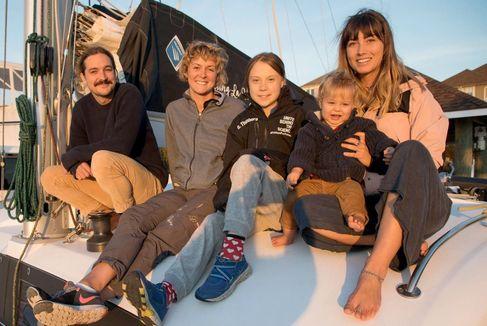 Greta en la enbarcación con Riley Whitlum y Elayna Carausu (en los extremos), los dueños del catamarán.