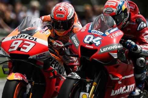 Marc Márquez y Andrea Dovizioso disputando una salida de MotoGP.