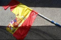Condenan a 3 separatistas por rajar una bandera de España