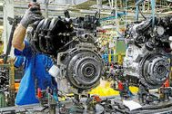 Un trabajador en la cadena de montaje de la factoría Ford en Almussafes.