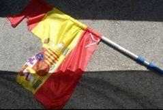 Condenan a tres estudiantes separatistas por rajar una bandera de España
