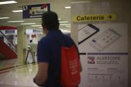Varias personas en la Agencia Tributaria en Madrid durante una campaña de la Renta.