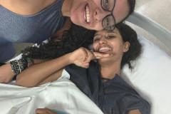 El momento antes de la operación: Lina Betancourt, en la camilla, con su amiga Isabella Sánchez, en el Hospital 9 de Octubre de Valencia.