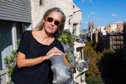 Ana Viladomiu se asoma desde el balcón de su piso en la Pedrera. Lleva 34 años allí.