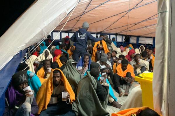 Los refugiados rescatados en el Mediterráneo reciben las primeras atenciones sobre la cubierta del barco.